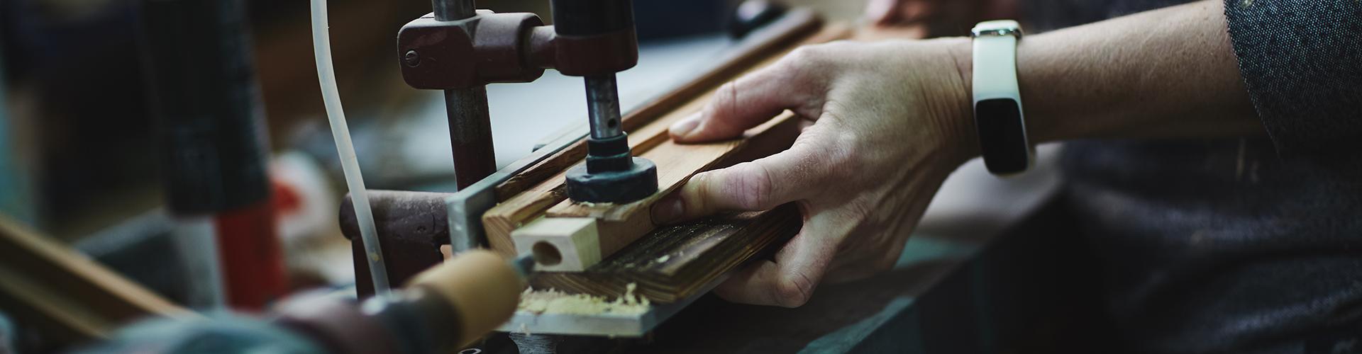Bilde av hender som jobber med tre